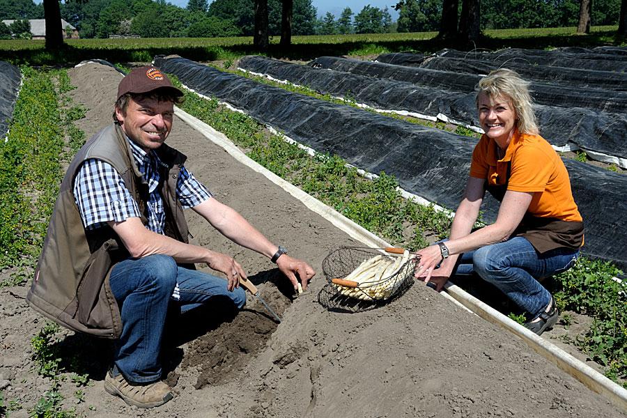 Christina und Thomas Lange vom Rüganer Bauernhof bei der Arbeit in Lieschow auf Ummanz