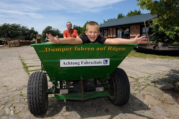 Dumperfahrschulfahrten auf dem Hof von Bauer Lange in Lieschow auf Rügen