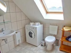 Bad mit Waschmaschine der Ferienwohnung auf dem Bauernhof Lange in Lieschow auf Rügen