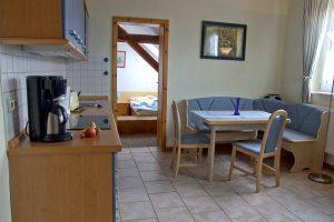 Küche mit Essbereich in der Unterkunft von Bauer Lange in Lieschow bei Ummanz auf Rügen