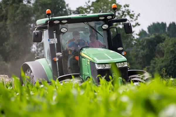 traktor-fahren-ruegen-urlaub-familie-bauernhof